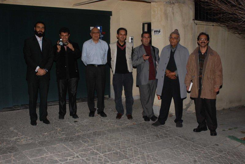 در کنار منزل دکتر باستانی پاریزی با گروه فیلم مستندساز ـ محمد میرهاشمی و امیر طاری فرد
