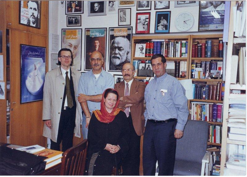دفتر مجله بخارا ـ اردیبهشت 1383 از راست : دهباشی، محمد علی آتش برگ، محمود حسینی زاد، آندرئاس اوکسنر و خانم دکتر کریستیانه کرمرحوسحوس