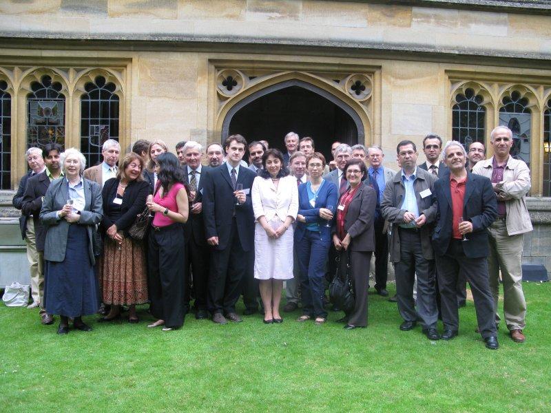 ـ عکس دسته جمعی شرکت کنندگان در کنفرانس طلوع رنسانس ایرانی در دانشگاه آکسفورد 25 تیر