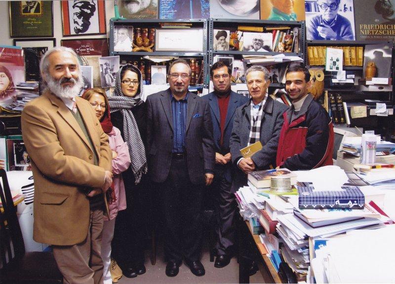 ـ دی 1387 از نشست های عصر پنج شنبه در بخارا . از راست : جواد ماهزاده، سیروس علی نژاد، علی دهباشی، محمد علی همایون کاتوزیان، ثمینا رستگاری ، فرزانه قوجلو و هوشنگ ماهرویان