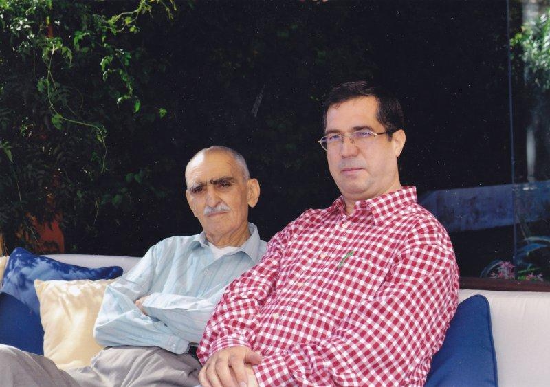 با ایرج افشار در منزل آرش افشار ـ لس آنجلس ( عکس از آرش افشار ) شهریور 1389 ـ اکتبر 2010