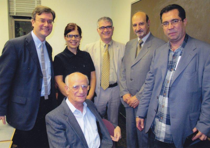 دانشگاه شیکاگو ـنشسته : حشمت مؤید ایستاده : علی دهباشی ، حسن لاهوتی ـ حمید اکبری ، همسر دکتر اکبری ـ فرانکلین لوئیس شهریور 1389 سپتامبر 2010