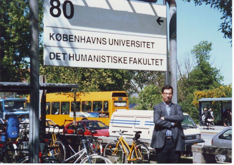 اردیبهشت 79 ( آوریل 2000) مقابل دانشگاه کپنهاک ـ عکس از دکتر فریدون وهمن