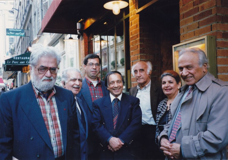 پاریس اردیبهشت 1379 ( می 2000) از راست : حسن شهبار، آذر پژوهش، دکتر جمشید بهنام، مهندس اشراق، علی دهباشی، اسماعیل پوروالی و دکتر احسان نراقی