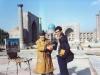 سمرقند ـ میدان مدرسه شیردار با نقاش محلی ـ آبان 1370