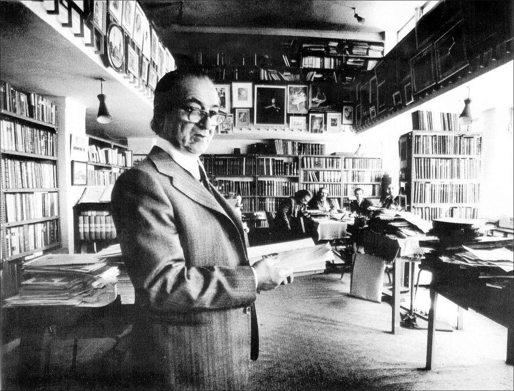 مجتبی مینوی در کتابخانه اش ( عکس از کریم امامی)