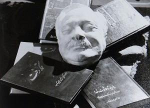 ماسک از صورت عبدالحسین زرین کوب کار تاها بهبهانی