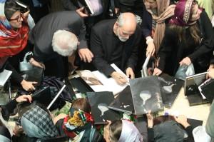 از صحنه های پایانی مراسم هنگام امضاء