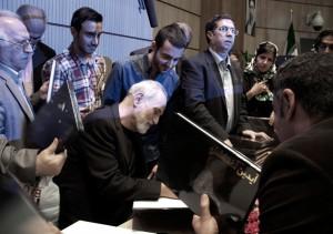 صحنه ای دیگر از مراسم امضاء کتاب توسط آیدین برای دوستدارانش