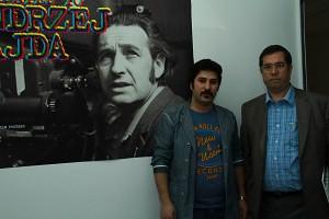 علی دهباشی به همراه ایمان صفایی ـ طراح پوستر نمایشگاه پوستر فیلم های آندره وایدا ـ عکس از مجتبی سالک
