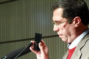 علی دهباشی پیام تلفنی دکتر مهدی محقق را به گوش حضار می رساند ـ عکس از مجتبی سالک