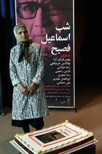 همسر اسماعیل فصیح در کنار کیک زمستان 62 که ابوالفضل نجاری آماده کرده بود ـ عکس از مجتبی سالک