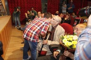 مرتضی احمدی از نوجوان هنرمند ، حسین ابراهیمی ،تقدیر می کند ـ عکس از ژاله ستار