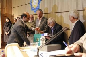 آقای افسری هدایای دایره العمارف بزرگ اسلامی را اهدا می کند ـ عکس از ژاله ستار
