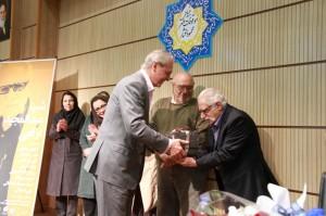 مهندس تورج اتحادیه کتابهای نشر فرزان را به دکتر ارفعی اهدا می کند ـ عکس از مسیح آذرخش