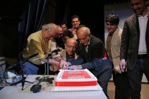 کیکی که فرهنگسرای ملل آماده بود به عنوان نمادی ازکتاب مرتضی احمدی بریده شد ـ عکس از شاهرخ ابراهیمی