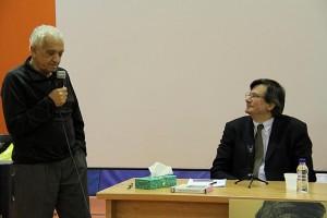 پروفسور گالی به پرسش یکی از حاضران پاسخ می دهد ـ عکس از ژاله ستار