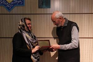خانم اسین چلبی لوج تقدیر دکنر موحد را به وی اهدا می کند ـ عکس از مجبتی سالک
