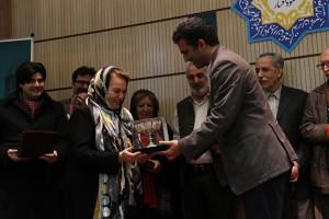 دکتر مسعود غلامپور هنگام اهدای جام نقره به اسین چلبی