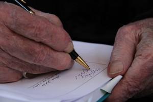 دکتر داریوش شایگان کتاب « در جست و جوی فضاهای گمشده » را امضا می کند ـ عکس از مجتبی سالک
