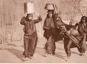 زنان آب می آورند