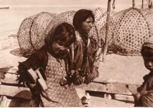 دختران جوان هنگام پرسه زنی در بازار ماهی فروشان
