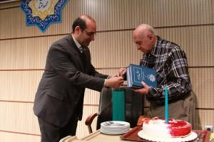 آقای افسری هنگام اهدای کتاب از سوی بنیاد موقوفات دکتر محمود افشار ـ عکس از مجتبی سالک