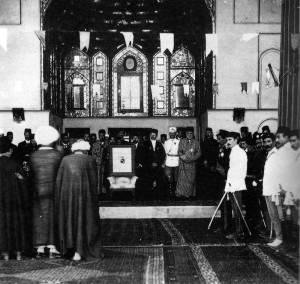 مراسم سلام در یک کاخ ولایتی ، روحانیون در غیاب شاه مراسم سلام را با عکس او به جا می آورند