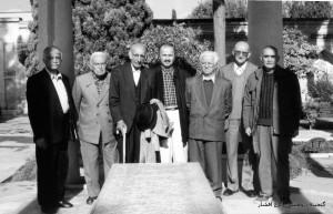 از راست: ایرج افشار، کیکاوس جهانداری، احسان اشراقی، کورش کمالی، باستانی پاریزی و منوچهر ستوده در حافظیه شیراز