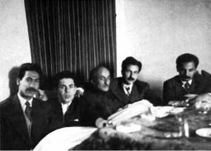 از راست ه.ا.سایه، سیاوش کسرایی،نیما یوشیج، احمدشاملو و مرتضی کیوان در منزل نیما یوشیج زیر کرسی اوایل دهه 1330