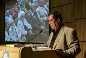 علی دهباشی هنگام قرائت متن سخنرانی دکتر داریوش شایگان ـ عکس از متین خاکپور
