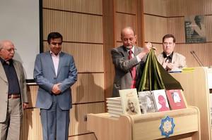 رونمایی از کتابها توسط سفیر هند ـ عکس از محتبی سالک