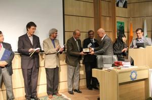 اهدای قلم یادبود حافظ توسط کمال گلستانی ـ عکس از علی تکین
