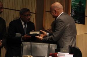 اهدای قلم یاد بود حافظ به سفیر پاکستان ـ عکس از ژاله ستار