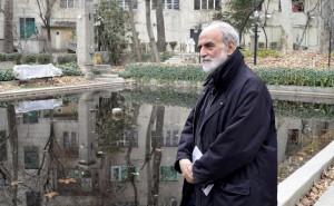 آیدین آغداشلو در باغ بنیاد موقوفات دکتر محمود افشار ـ عکس از متین خاکپور