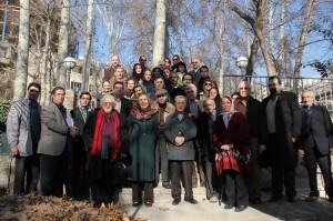 عکس دسته جمعی تعدادی از شرکت کنندگان در این نشست در باغ بنیاد موقوفات دکتر محمود افشار