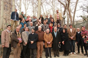 عکس یادگاری با دکتر محمدرضا باطنی در باغ بنیاد موقوفات دکتر محمود افشار ـ عکس از مجتبی سالک