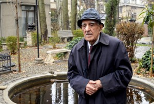 تصویری از احمد اقتداری در باغ بنیاد موقوفات دکتر محمود افشار