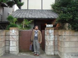 دکتر رسول جعفریان در برابر کتابخانه ایزوتسو