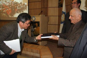 دکتر محقق کتاب الاصول را به پروفسور نوموتو اهدا می کند