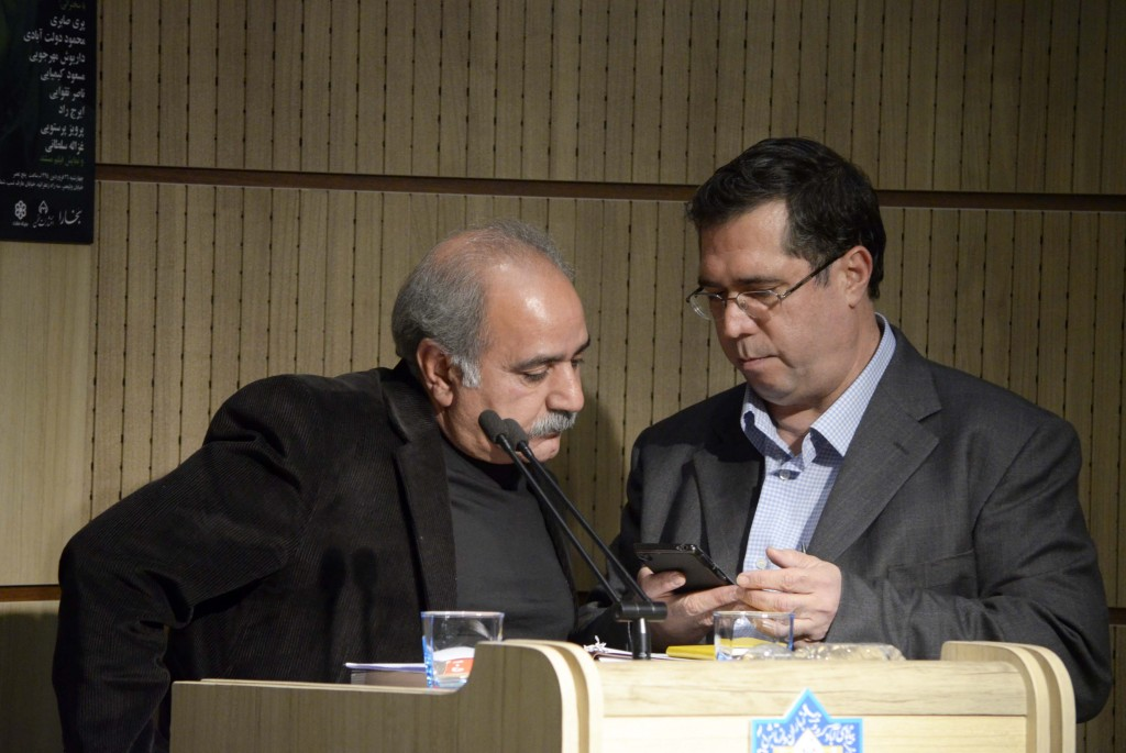 عزتالله انتظامی تلفنی با حاضران حرف می زند ـ عکس از متین خاکپور
