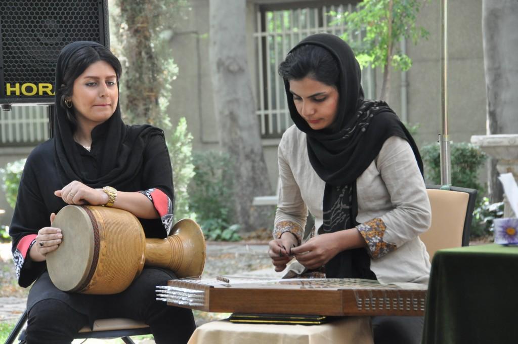 نگار حسینی ( تنبک) و غزاله تهرانی ( سنتور)