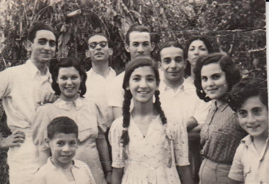 پوری سلطانی ( نفر جلو ) در نوجوانی