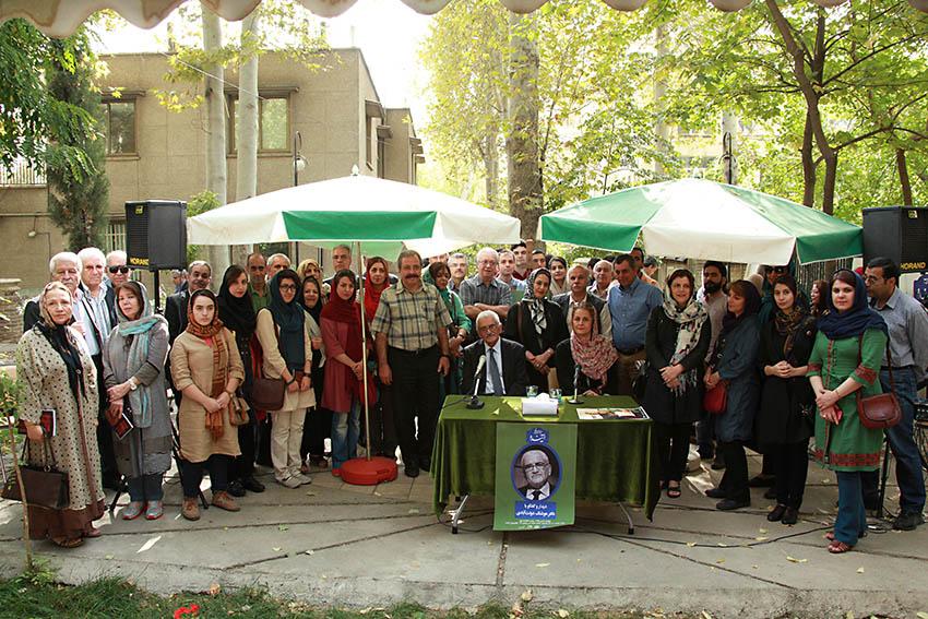 عکس یادگاری با دکتر هوشنگ دولت آبادی ـ عکس از مجتبی سالک