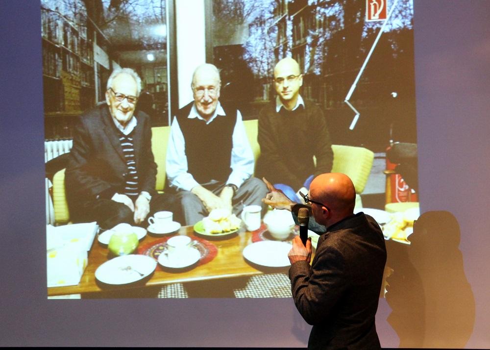 علی موسوی آلبومی از عکسهای پدرش را به نمایش می گذارد