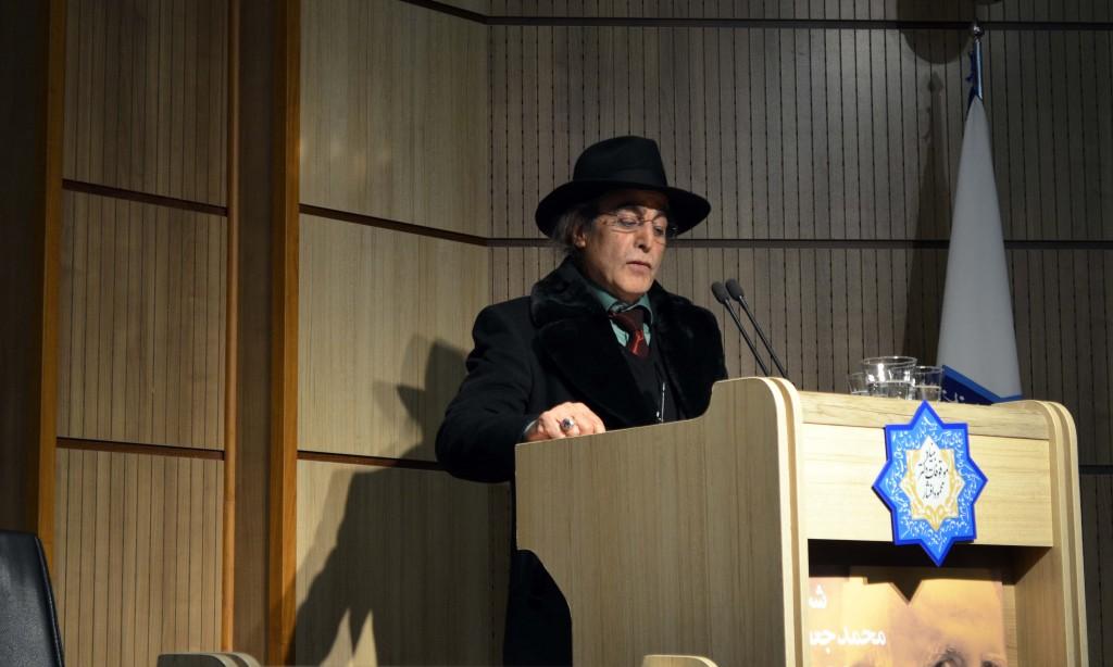 آقای غفاری متن دکتر سیروس پرهام را می خواند - عکس از متین خاکپور