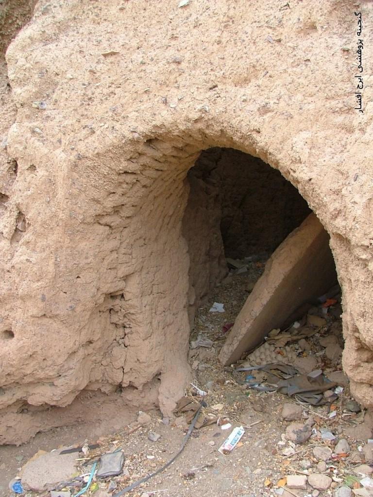 لعه خشتی قدیم بر همان حال «والزاریات» قدیم باقی است؛ ویرانه شده و مزبلهدان است. درِ سنگی آن را هنوز که هنوز است از حالت افتادگی درنیاوردهاند ». قلعه نیستانک و در کهن آن، نائین