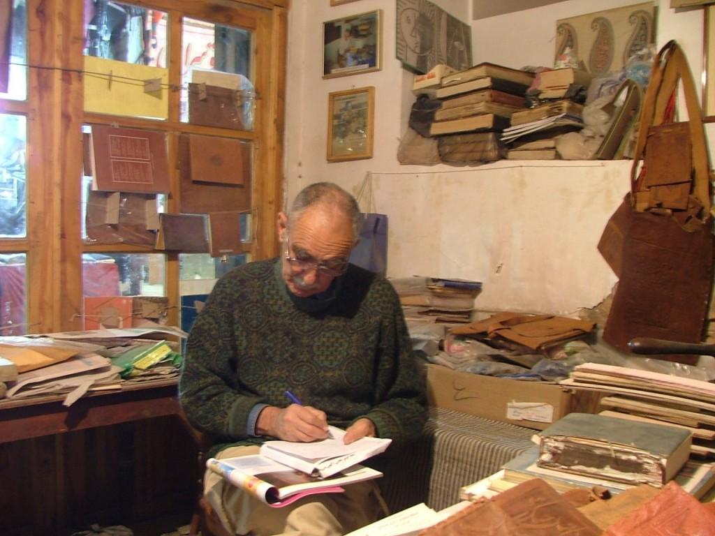ایرج افشار از مجله فرانسوی اولیس مطالب مربوط به محمد حسین اسلام پناه را یادداشت می کند،صحافی «کهنه کتاب» ، بازار کرمان.