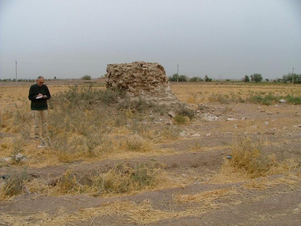 آخرین یادداشتها درباره واپسین بقایای چهارطاقی لنجه رود ، قم.« این چهارطاقی حدود دو متر از پایهاش برجا مانده . مقداری از سنگهای این را هم کنده و کنارش دسته کردهاند که ببرند ».