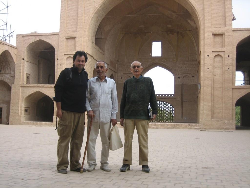 « با ذوق تمام دوباره سری زدیم به مسجد جامع؛ هر بار میتوان از در و دیوار آن نکتههای تازه دریافت »،ایرج افشار، احسان الله هاشمی و تورج دریایی،مسجد جامع اردستان.